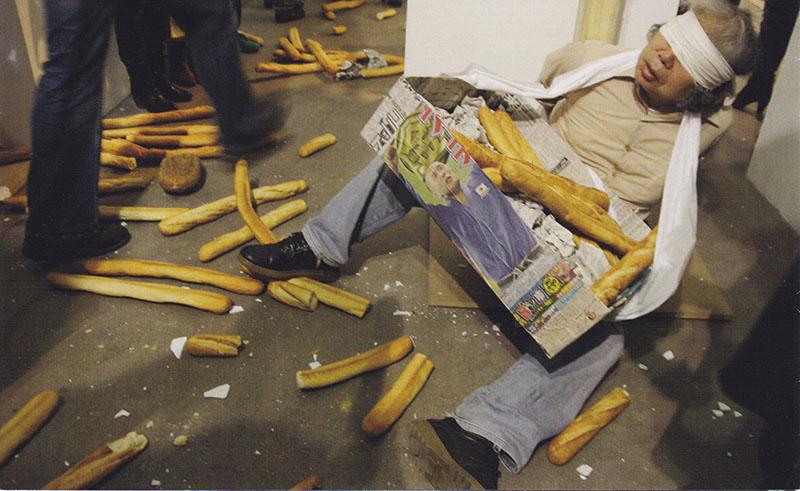 折元 立身 パフォーマンス:26人のパン人間の処刑 川崎市岡本太郎美術館 2017